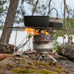 Ulkona keitellessä keittotasosta on myös hyötyä: kun tuuli vie liekkejä sivuun, voi kattilan siirtää tasolla kuumimpaan paikkaan. Ja samoille tulille mahtuu yhtä aikaa soppakattila ja jälkiruokakahvit...