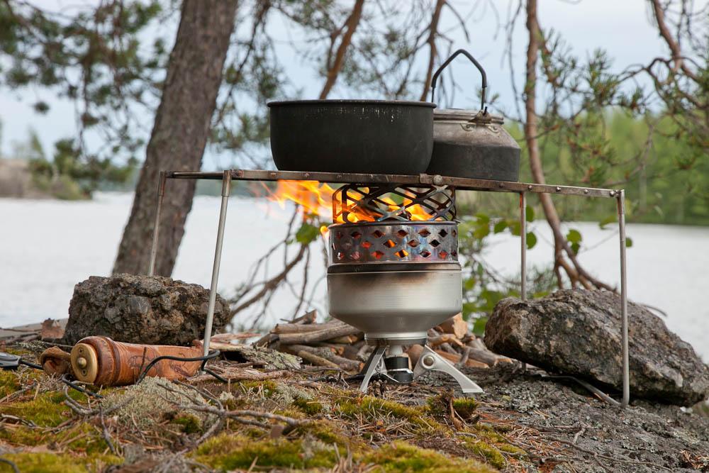 Juuvi toimii myös ilman kotaa. Keittotason päällä kattilat on helppo asettaa kuumimmalle kohdalle, tuulesta huolimatta.