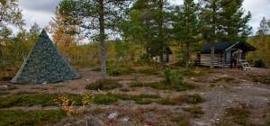Sitten leiri pystyyn ja mieleisiin iltapuuhiin. Polttopuita teimme liiterin tarpeista - Juuvilla keittelyyn ei montaa halkoa kulu.