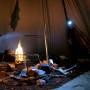Lämmittävät tulet, puita riittävästi myös aamuksi, kaikki tarpeellinen käden ulottuvilla, ja reilusti tilaa jokaiselle.