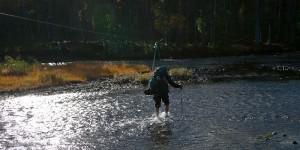 Aittajärveltä erämaahan lähtevän tulee ensin pestä jalkansa - Suomun ylitys tapahtuu kahlaamalla.