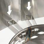 Kiinnitä tuulisuoja pidikkeisiin pujottamalla suojan reuna varovasti peltien väliin.