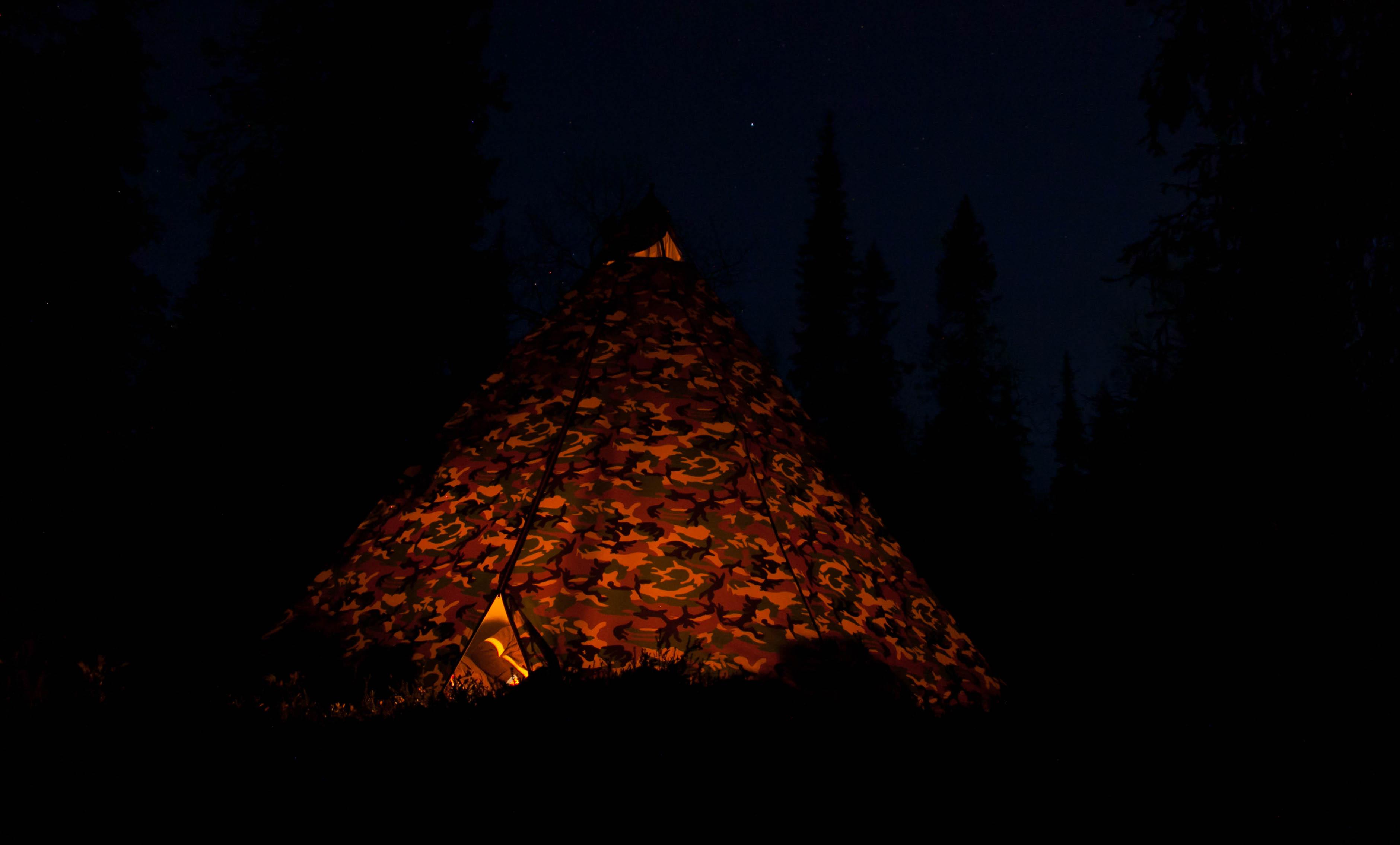 Syksyn pimeinä iltoina Juuvi antaa myös kaivattua valoa kodan sisälle.