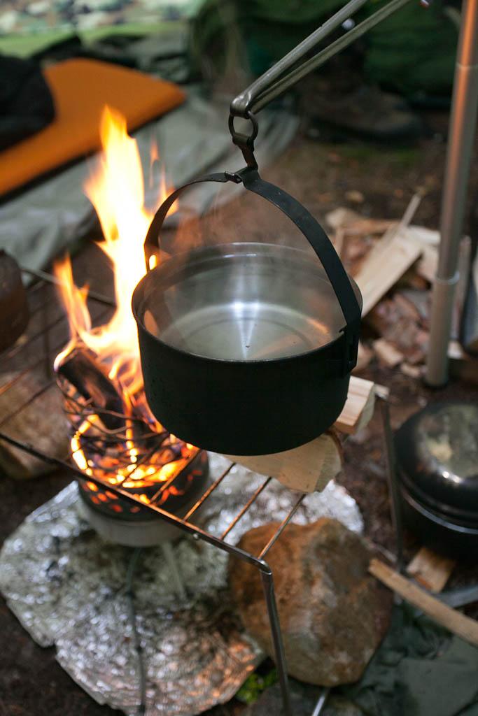 Juuvin kanssa kulkiessa leirissä riittää kuumaa vettä - usein vesikattila on aina valmiina orressa.