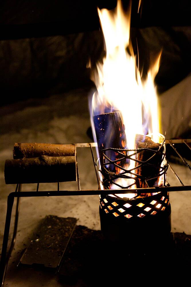 Juuvissa palaa isokin puu - laitteen ulkoinen koko usein hämää, hyvällä puulla lämmitystehoa riittää isompaankin kotaan!